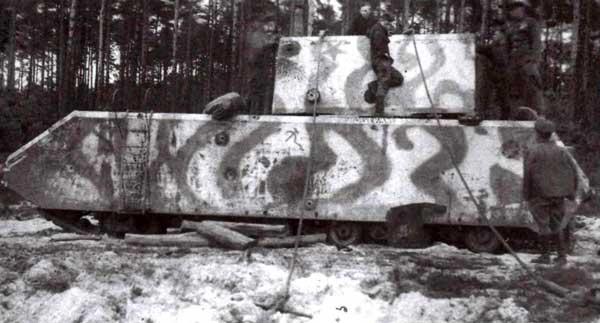 Первый прототип «Мауса» (205/1), обнаруженный частями Красной Армии на Куммерсдорфском полигоне. Идет подготовка к эвакуации танка. Судя по положению тросов, советские специалисты готовятся свалить балластную башню на землю.
