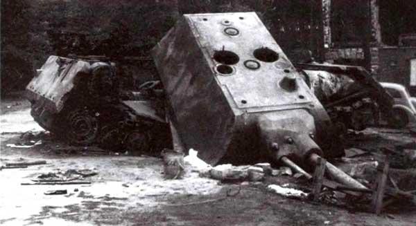 Взорванный немцами второй прототип «Мауса» (205/2), обнаруженный в Штамм-лагере. По снимку видно, что разрушению в основном подвергся корпус танка