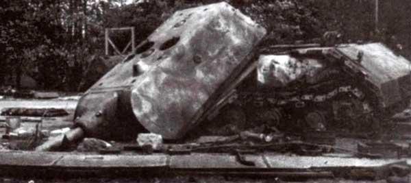 Взорванный немцами второй прототип «Мауса» (205/2), обнаруженный в Штамм-лагере. Лето