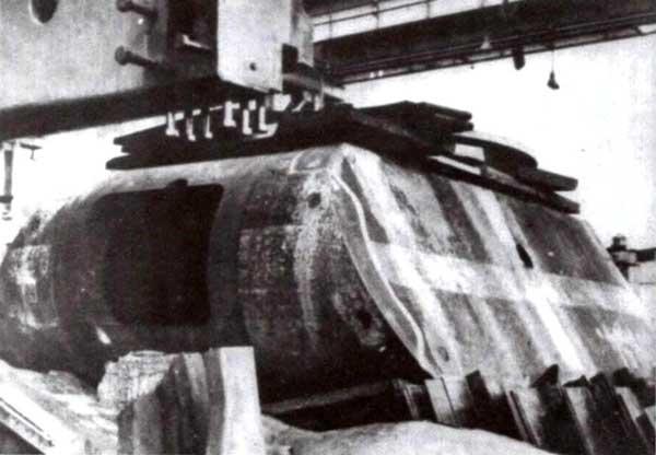 Корпуса и башни сверхтяжелых танков «Маус», обнаруженные американцами в цехах завода фирмы Krupp в Эссене. Май 1945 года