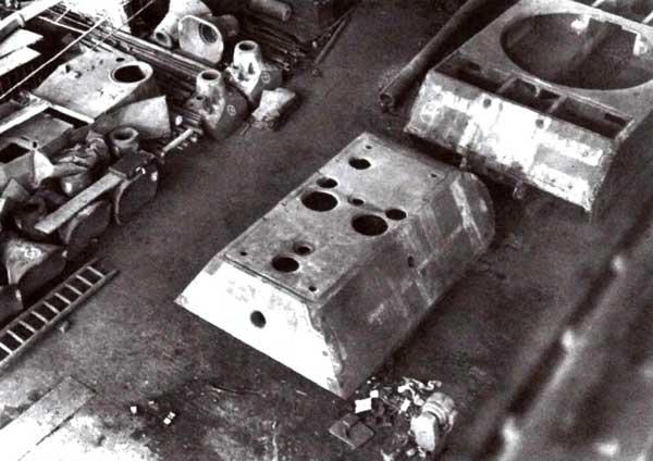 Сборочный цех завода Krupp в Эссене. Хорошо видны корпус и башня «Мауса», а также две литые маски спаренной установки 128- и 75-мм пушек. Май 1945 года
