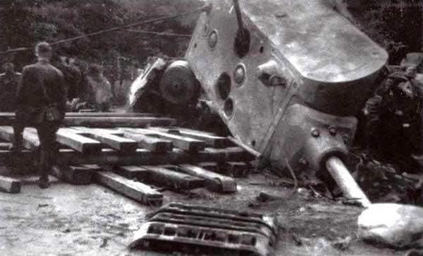 С помощью шести трофейных полугусеничных тягачей башня танка 2 0 5 /2 была снята с разбитого корпуса и опрокинута на клетку из досок