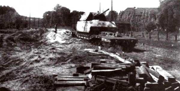 Собранный из двух частей сверхтяжелый танк «Маус» на специальной железнодорожной платформе