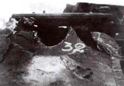 Лобовая часть корпуса танка «Королевский тигр» после испытаний обстрелом. Пробоина 32 сделана 122-мм остроголовым бронебойным снарядом с дистанции 1500м!