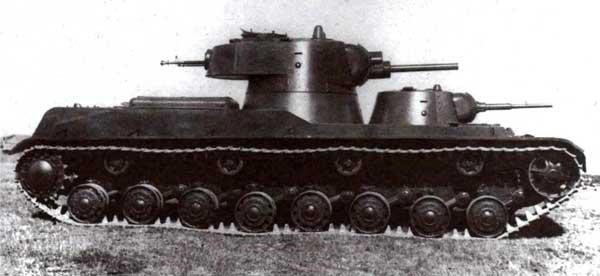 Советские двухбашенные танки СМК (вверху) и Т-100 (снизу) предназначались для замены Т-35. Имея массу в пределах 60т, эти машины не относились к категории сверхтяжелых танков, но нам интересно иное по сравнению с «Маусом» расположение основного и вспомогательного вооружения. При всех недостатках двухбашенной схемы оно явно лучше