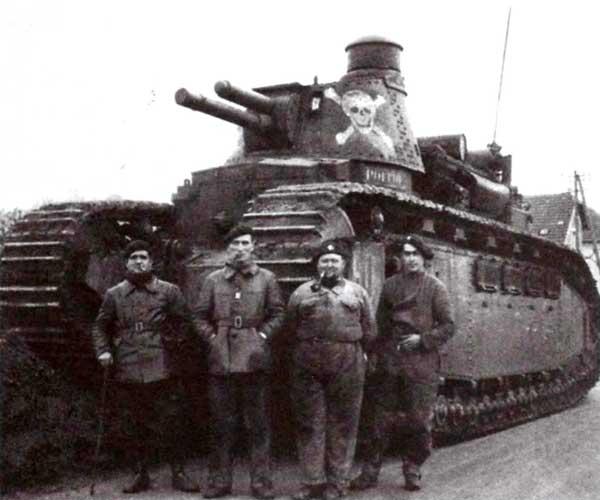 Французский тяжелый танк FCM 2С и часть его экипажа (полный экипаж состоял из 12 человек)