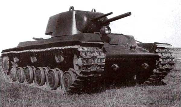 Первый прототип тяжелого танка КВ. Обращает на себя внимание спаренная установка вооружения — 76- и 45-мм пушки смонтированы в одной маске. От такого решения вскоре отказались, ну а немцы наступили на наши грабли…
