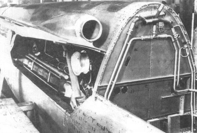 Задний двигатель DB 603 на Do 335А-02, вид справа. На крышке капота виден воздухозаборник наддува. На переборке видны трубки топливной системы.