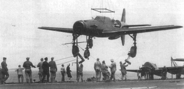 Погрузка Do 335А-02 на палубу авианосца «Reaper» для отправки в США.