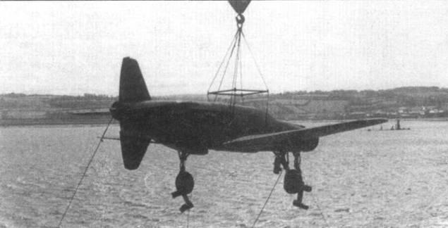 Погрузка Do 335A-1 (W.Nr. 240161) на палубу авианосца «Reaper». Этот самолет позднее передали в опытный центр ВВС США Райт-Филд.