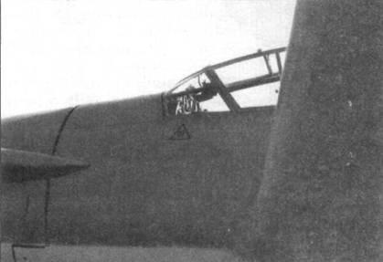 Фрагмент фюзеляжа в районе кабины пилота Do 335А-02. Виден острый передний край крыла.