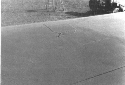 Фрагмент крыла Do 335А -02 с указателем положения главного шасси.