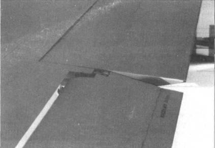 Подвеска элерона правого крыла. Виден триммер.