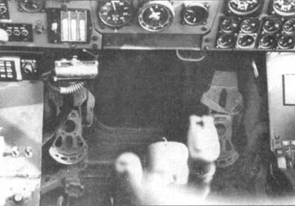 Нижняя часть приборной доски и пол кабины Do 335А-02.