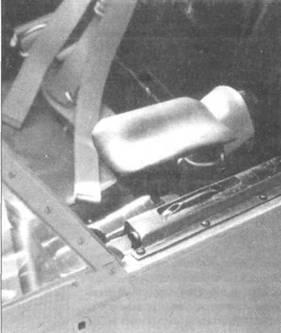 Два снимка интерьера кабины Do 335А-02. Видны петли и замок фонаря, подлокотники кресла и панель бортовой радиостанции.