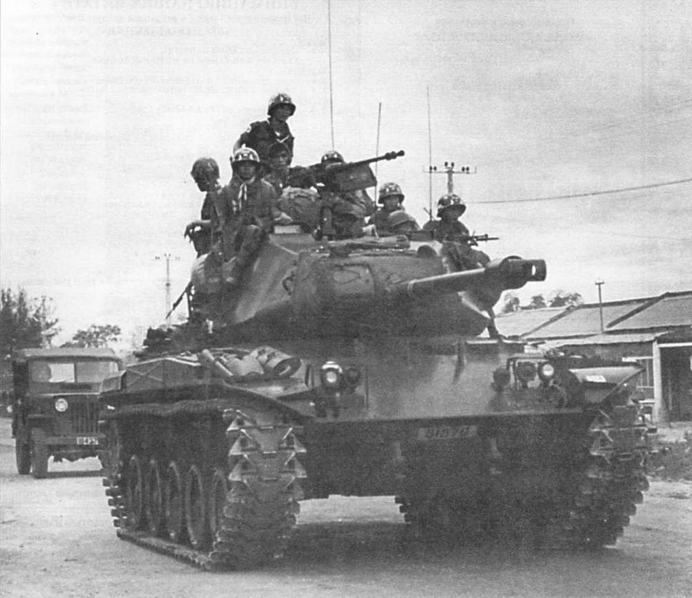 Вверху: легкий танк М41 южновьетнамской армии с десантом морской пехоты на броне выдвигается на боевое патрулирование в окрестностях Дананга. Южный Вьетнам, 1966 год