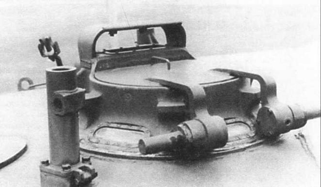 Командирская башенка танка М41 (в центре). Хорошо видны стеклоблоки для кругового обзора по периметру башенки. На переднем плане — кронштейн крупнокалиберного зенитного пулемета