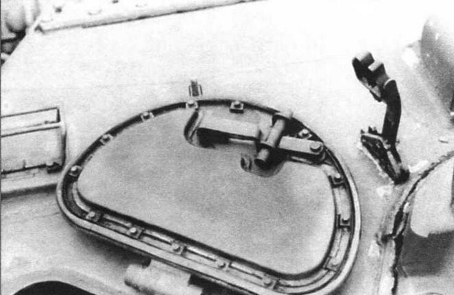 Откинутая крышка люка заряжающего. Справа от крышки — кронштейн фиксации ствола зенитного пулемета в положении по-походному (справа)