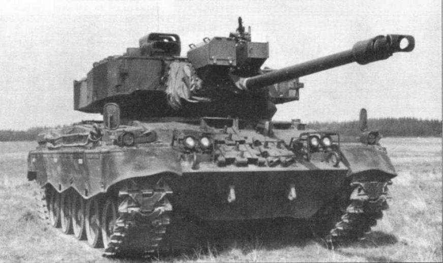 На фото в верху и слева — модернизированный легкий танк M41DK1 датской армии