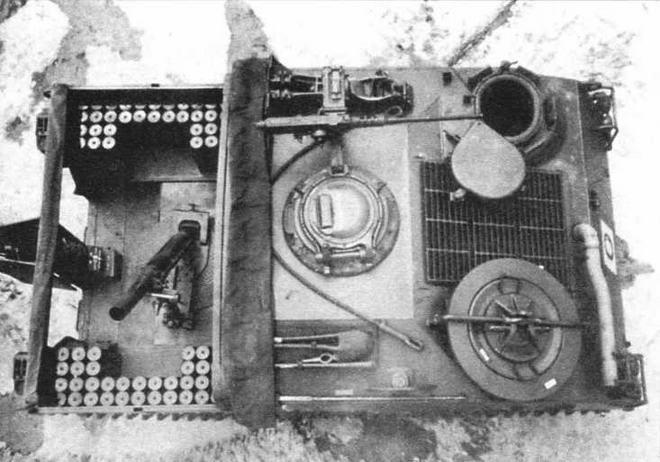 Опытный образец бронетранспортера Т18Е1 с альтернативной установкой вооружения— 7,62-мм пулеметом «Браунинг» М1919А4 в башенке (в центре). Вид сверху на 106-мм самоходный миномет Т64 (справа)