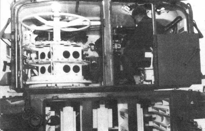Интерьер башни и кормовой части корпуса 105-мм <a href='https://arsenal-info.ru/b/book/2995468144/5' target='_self'>самоходной гаубицы</a> М52. Обращает на себя внимание вращающаяся боеукладка в левой части башни