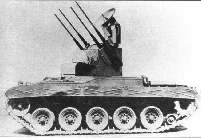 Танк-мишень QM41 (в центре). Опытный образец <a href='https://arsenal-info.ru/b/book/3958673306/25' target='_self'>зенитной самоходной установки</a> Т100 (справа)
