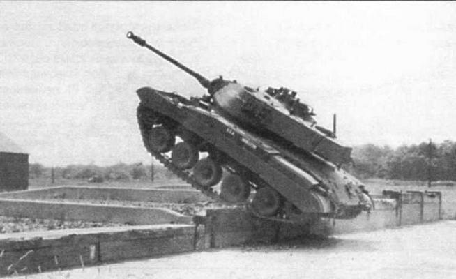 Опытный образец танка Т41Е1 (слева). На этой машине отсутствовал стереоскопический дальномер и, соответственно, литые бронеколпаки окуляров на бортах башни. Танк Т41Е2 на полигоне во время испытаний (в центре)