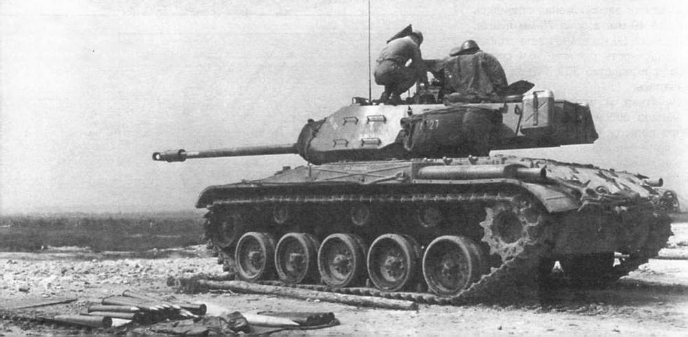 Легкий танк М41 во время стрельб на полигоне Графенвор в Западной Германии. 1955 год