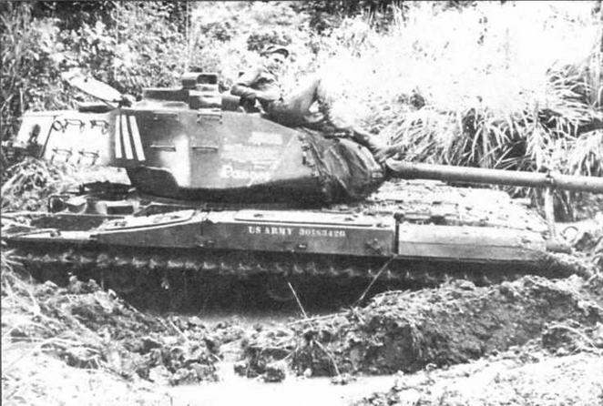 Застрявший в грязи танк М41. Зона Панамского канала. 1960 год