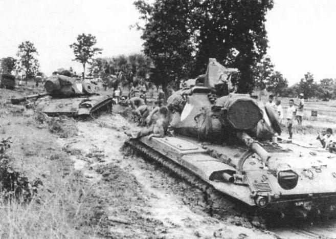 Танки М41 во время маневров американской армии в Таиланде. Обратите внимание — танки оснащены ксеноновыми прожекторами (в центре)