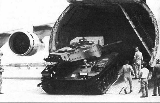 Погрузка танков М41 в военнотранспортный самолет ВВС США С-5А для переброски их в Южный Вьетнам. Весна 1972 года