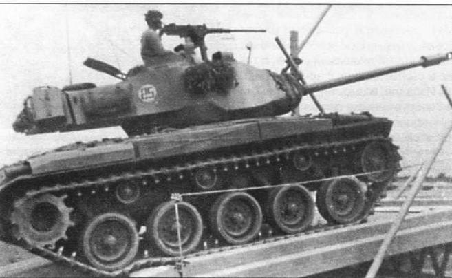 Легкие танки М41 бельгийской (справа) и тайваньской (в центре) армий