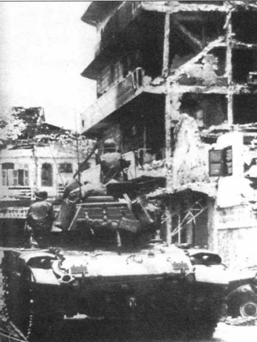 Танк М41 из состава 3-й танковой бригады южновьетнамской армии ведет бой с отрядами партизан Народного фронта освобождения Южного Вьетнама на улицах Сайгона. Февраль 1968 года