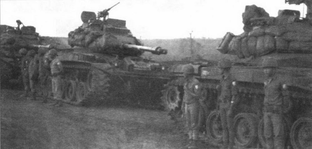 Экипажи 3-й южновьетнамской бронекавалерийской дивизии возле своих М41. Район Плейку, 1970 год