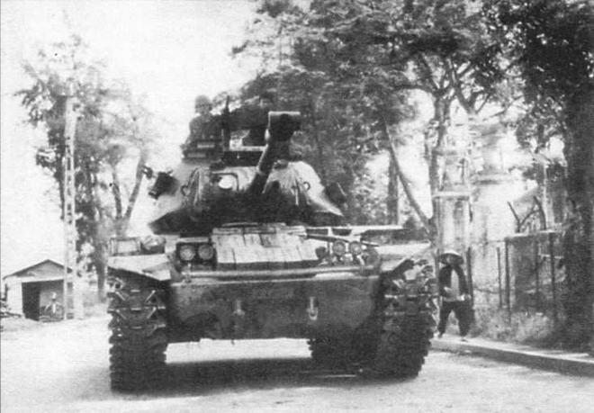 Танк М41 спешит поддержать южновьетнамских морских пехотинцев. Южный Вьетнам, весна 1972 года
