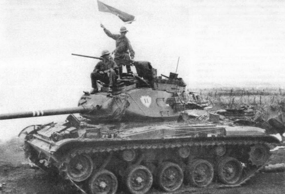 Солдаты Вьетнамской народной армии на захваченном легком танке М41АЗ. На башне танка — эмблема 11-г о бронекавалерийского полка. Апрель 1972 года