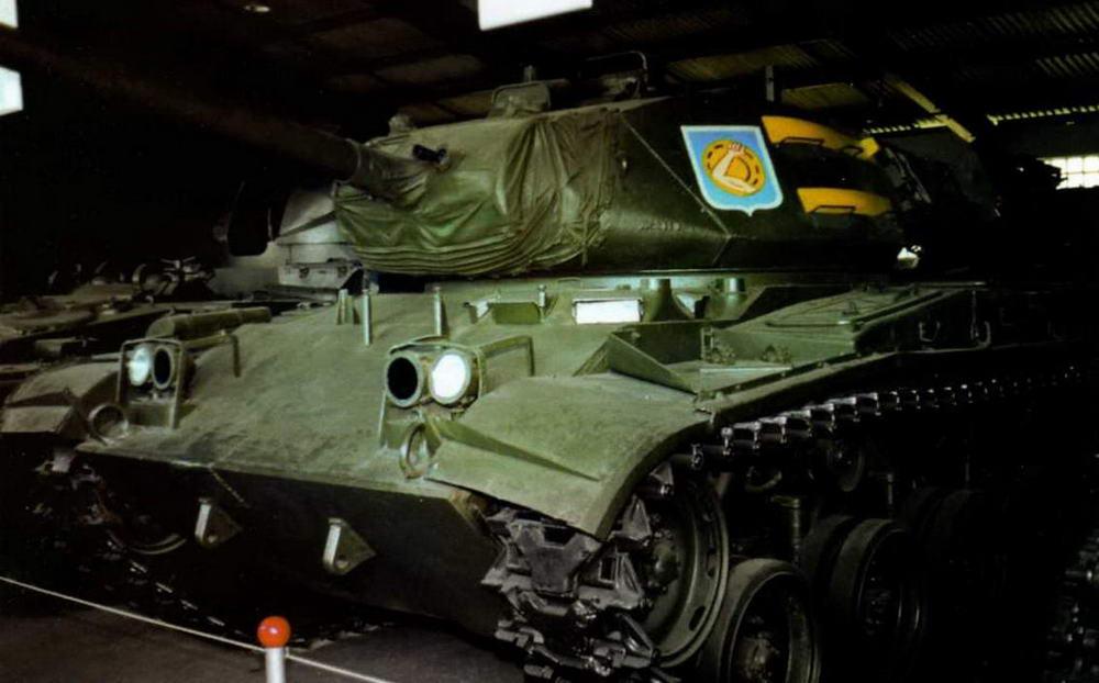 Легкий танк М41АЗ в экспозиции Военно-исторического музея бронетанкового вооружения и техники в Кубинке. Эта машина доставлена из Вьетнама во второй половине 1970-х годов, поэтому нанесенная на нее в музее эмблематика 34-го танкового полка армии США является ошибкой. Июль, 2002 г.