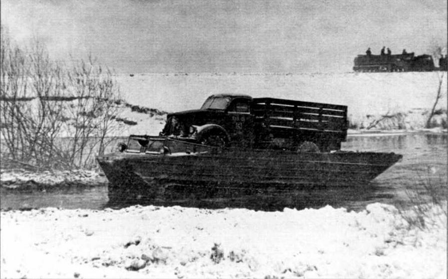 Транспортер К-61 с автомашиной ГАЗ-63 выходит на берег