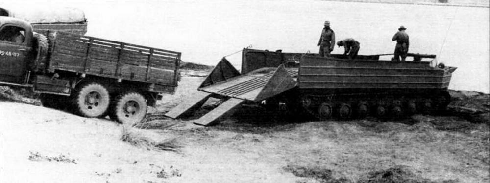 Погрузка автомашины ЗИС-151 на транспортер задним ходом по откидным аппарелям