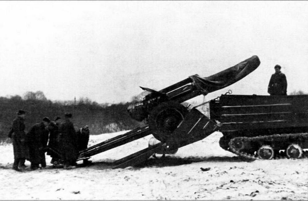 Артиллерийский расчет заводит орудие на транспортер