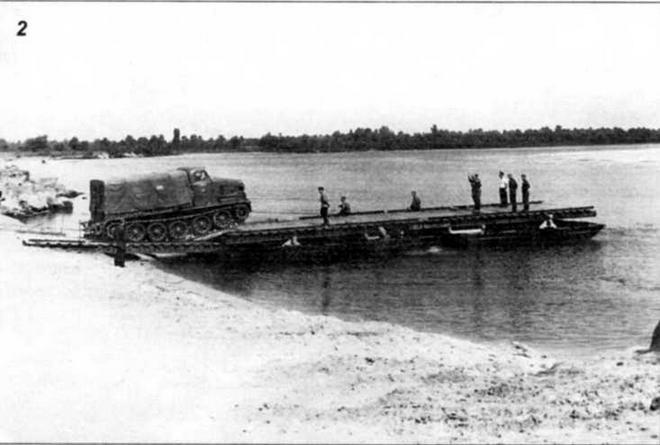 Паром в составе четырех К-61 с верхним строением из комплекта паромного парка. Артиллерийский тягач по сходням въезжает на паром (фото 2)
