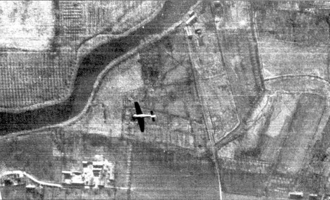 FW 190 из 26-й эскадры пикирует после атаки «Бостона» из 226-й эскадрильи RAF, операция «Circus №116А» — налет на электростанцию Коминизе, 24 марта 1942г. В ходе отражения налета летчики из 4-го стаффеля лейтенанта Георга Розенблата сбили семь «Спитфайров».