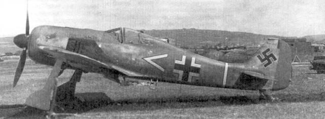 Самый большой подарок британским ВВС в годы второй мировой войны сделал оберлейтенант Арним Фабер, посадивший свой Fw-190A-3 на аэродроме RAF в Пембри. Хорошо видна маркировка штаба 1I1./JG-2. На капоте двигателя изображена эмблема в виде голова петуха. Эмблему придумал командир группы «Асси» Ган, «Hahn» — в переводе с немецкого петух.