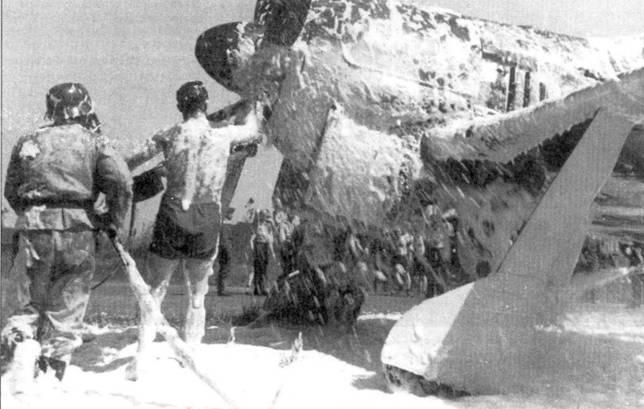 Обычная сцена на аэродроме в период начала освоения истребителей Fw-190. Пожары были обычным явлением, происходившим из-за перегрева моторов BMW-801.