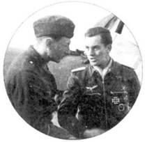 Ведущим одной из пир истребителей Fw-190, обнаруживших /9 августа 1942г. корабли десанта на подходе к Дьеппу, был обер-лейтенант Хорст Штернберг. На сделанном в ноябре 1941г. снимке Штернберг еще лейтенант. На снимке слева — не механик, а военный корреспондент из ведомства Геббельса.