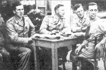 Троица кавалеров Рыцарского креста за ланчем в тунисском стиле. Слева направо: обер-лейтенант Курт Бюхленген, обер-лейтенант АдольфДикфельд, лейтенант Эрих Рудорффер. Снимок сделан в Рождество 1942г.