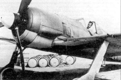 Истребитель Fw-190 А, в кабине — лейтенант Эрих Рудорффер. Снимок сделан в Кайороуане 1 января 1943г. Обратите внимание на контраст желтого цвета верхних поверхностей самолета и светло-голубых — нижних.