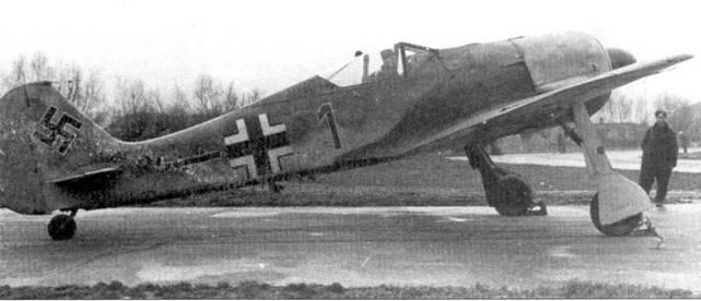 Истребитель Fw-190A-1 Wk-Nr 033 с бортовым номером «I» коричневого цвета. Эта машина в ноябре 1941г. поступила на вооружение 6./JG-26 одной из первых. Через четыре недели на истребителе Wk-Nr 033 разбился при перелете из Всвелъгхема в Эббвиль-Друкат обер-фельдфебель Курт Гёрбиг.