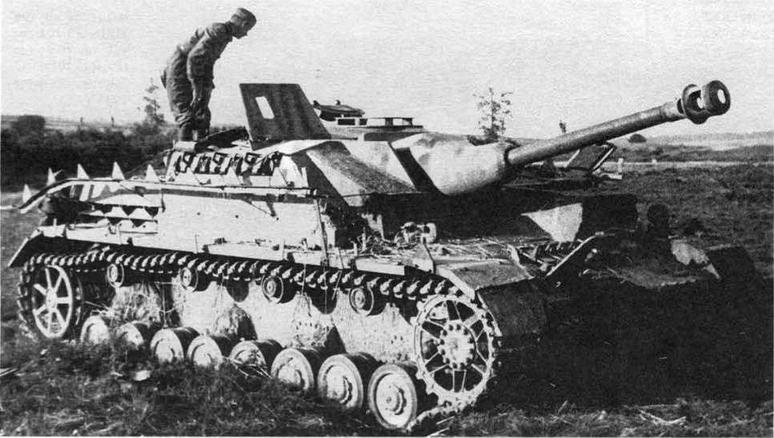 Подбитое штурмовое орудие StuG IV. Воеючный фронт. 1944 год