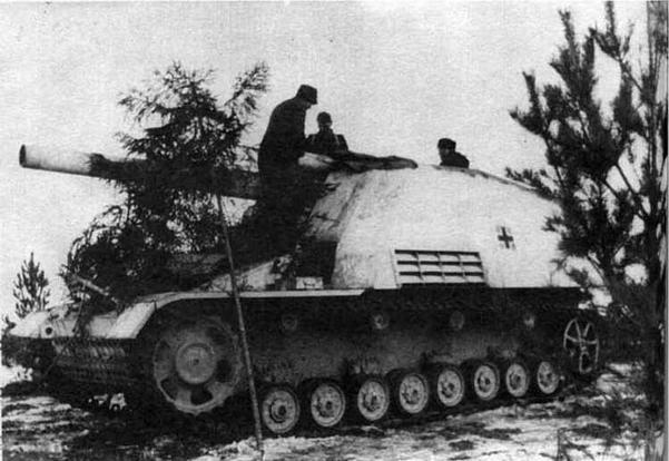 На огневой позиции расчет маскирует 150-мм самоходную гаубицу Hummel. Восточный фронт, зима 1944 года